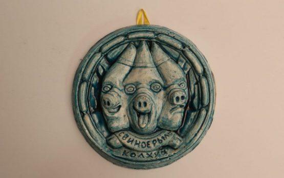 Кирилл Миллер. Медальон, символ галереи «Свиное рыло»