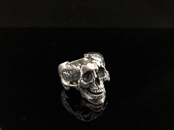 Кольцо с разрушенным черепом, с нижней челюстью