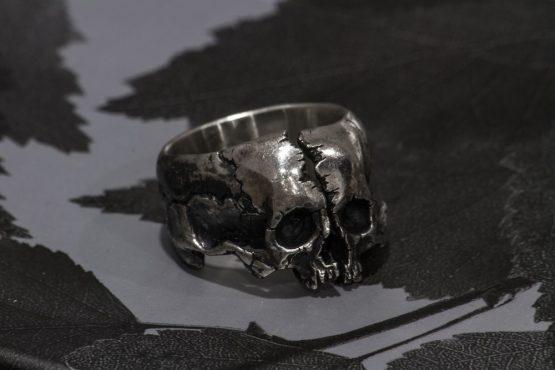Кольцо Череп расколотый пополам