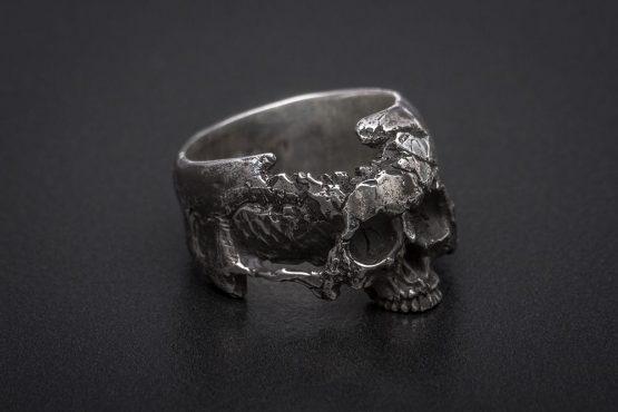 Кольцо с разрушенным черепом, без нижней челюсти