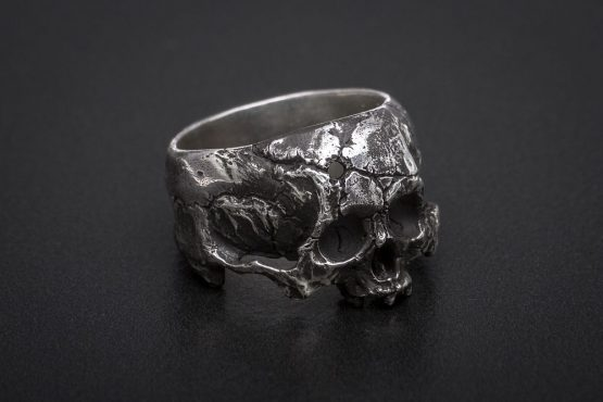 Кольцо череп с пулевым отверстием, без нижней челюсти