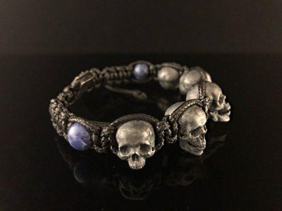 Браслет плетёный с 5 черепами и камнями садалит